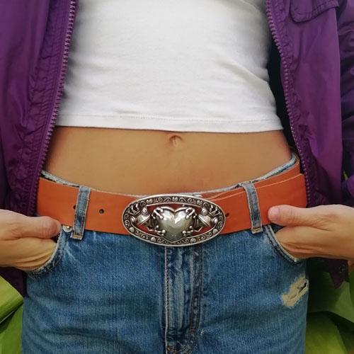 Cinturó de cuir amb sivella metàl·lica. Artesania en cuir. Popelin Barcelona