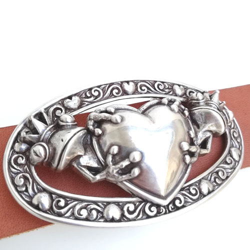 Cinturó de cuir amb sivella metàl·lica. Original i divertit. Popelin Barcelona