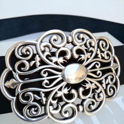 cinturó de cuir artesanal amb sivella metàl·lica. Forja. . Popelin Barcelona