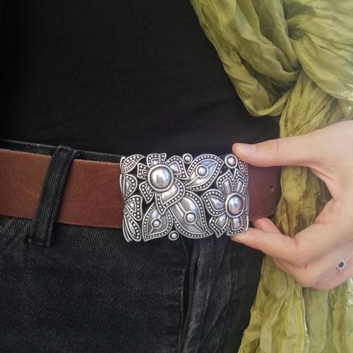 cinturó de cuir amb sivella metàl·lica. Flors. Regal per a dona. Popelin Barcelona