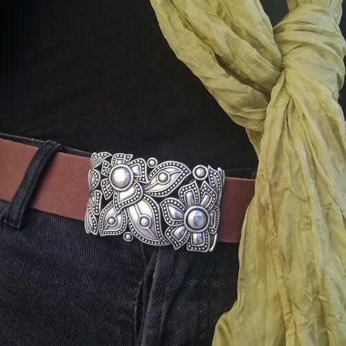 cinturon de cuero con hebilla metálica. Flores. Hecho a mano. Popelin Barcelona